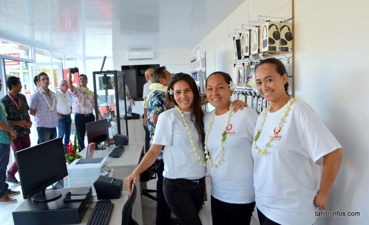 Ywalani Amaru, responsable de la boutique de Prince Hīnoi, avec ses deux salariées. Elles sont là pour accueillir tous les clients Vodafone avec le sourire !