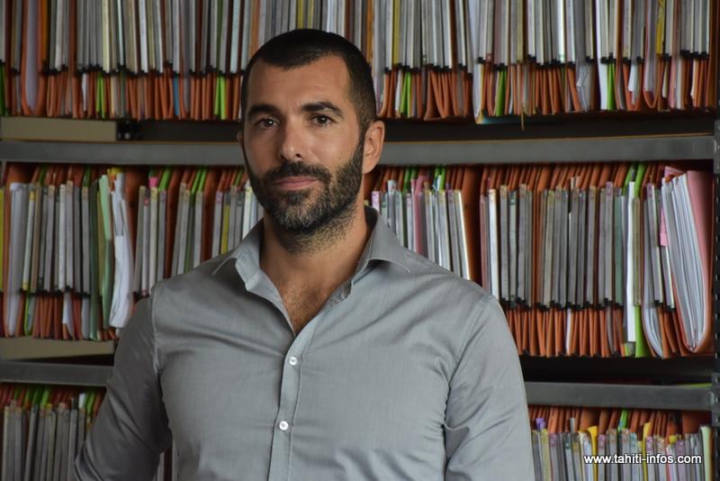 Me Thibault Millet devant le classeur dédié au rangement des dossiers de demande d'indemnisation des détenus de Nuutania.