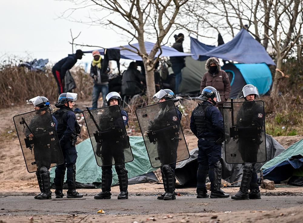 Deux camps de migrants démantelés à Paris et à Calais