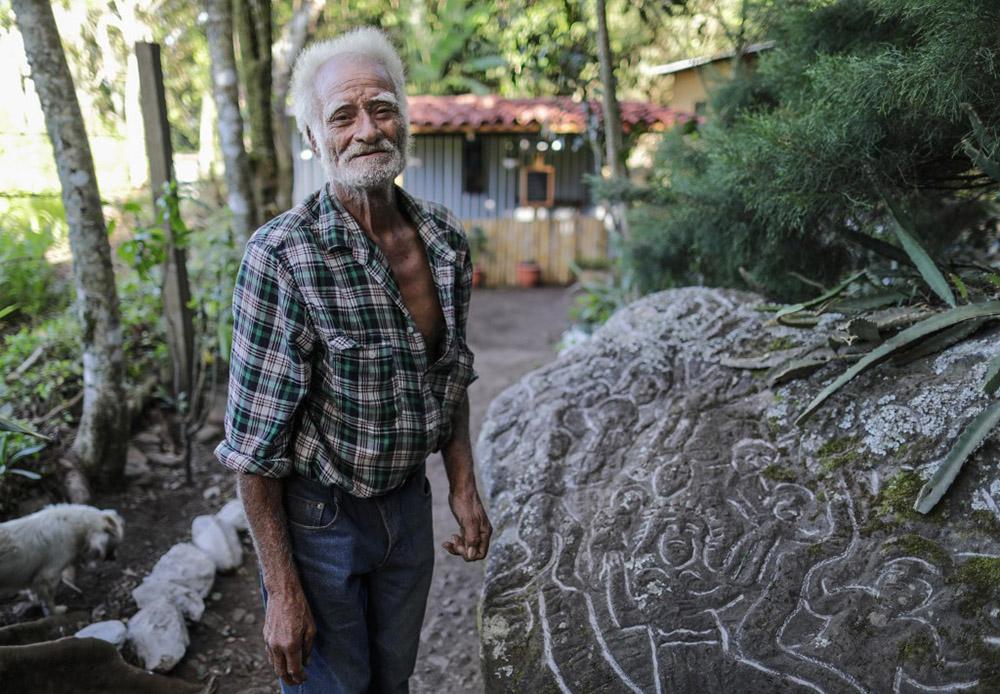 Au Nicaragua, un artiste vit en ermite pour sculpter la montagne