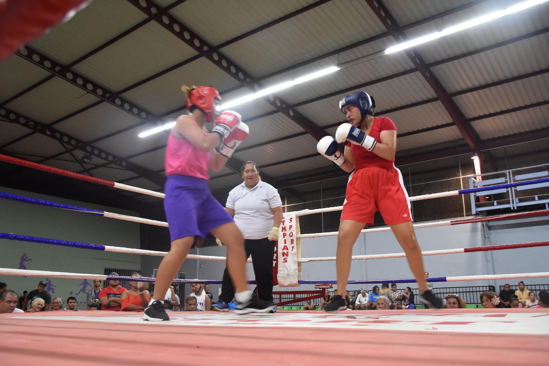 Une confrontation féminine était également au programme. Lokelani Flesh-Golaz (casque bleu), boxeuse licenciée à Toroura, a dominé Herarii Tara licenciée au Ohana Boxing Club.