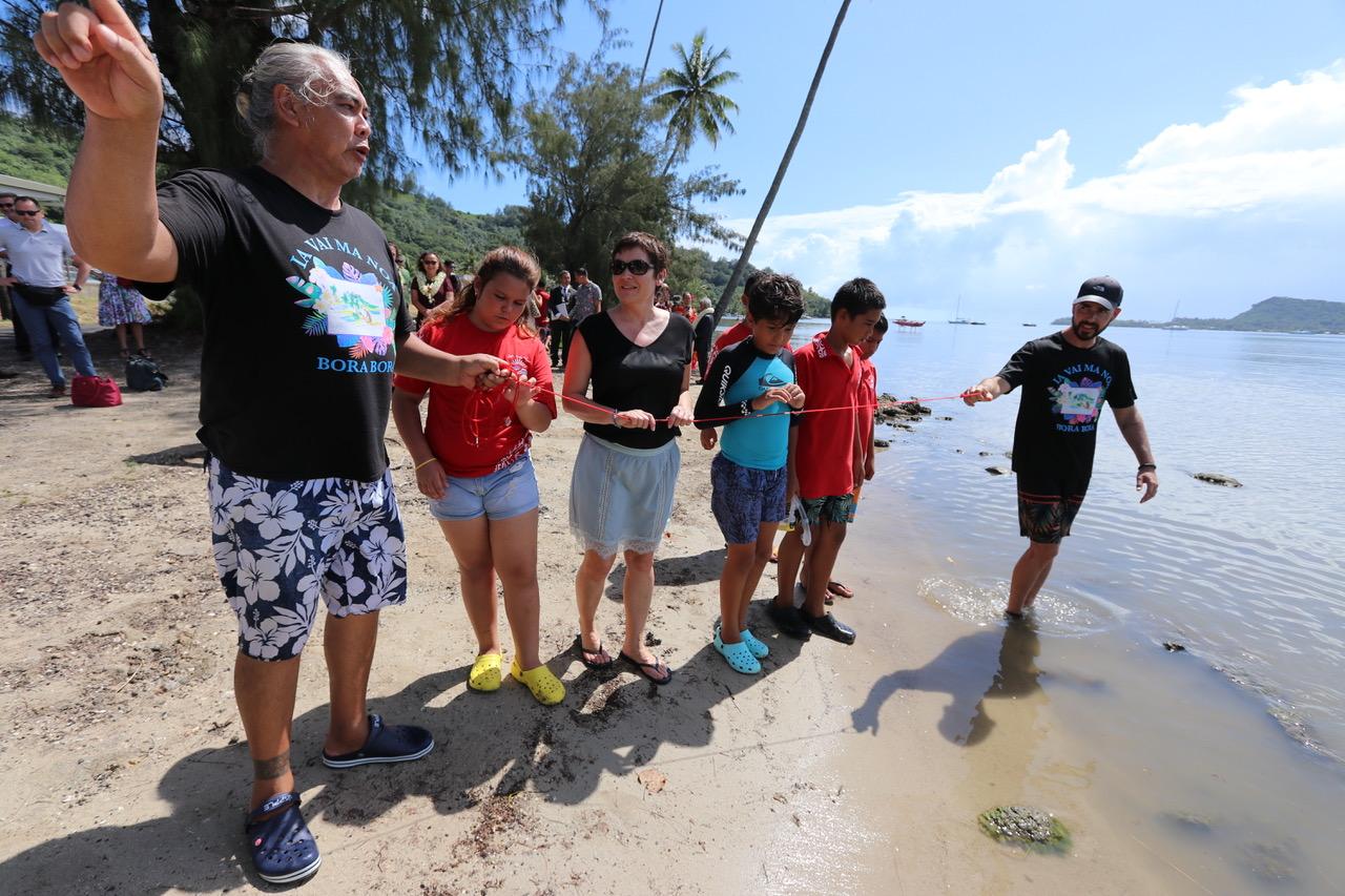 Annick Girardin à la rencontre de la jeunesse de Bora Bora