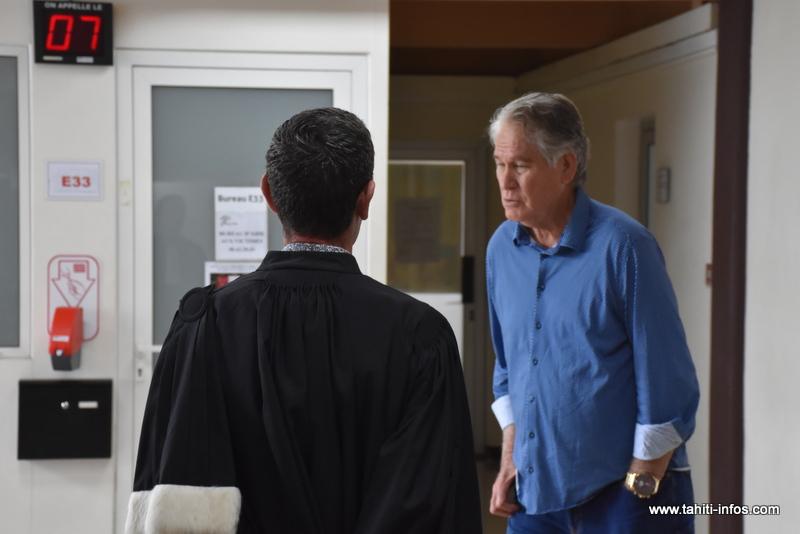 Edwin Teraiharoa en compagnie de son avocat, jeudi en marge de son procès en appel pour abus de bien sociaux.