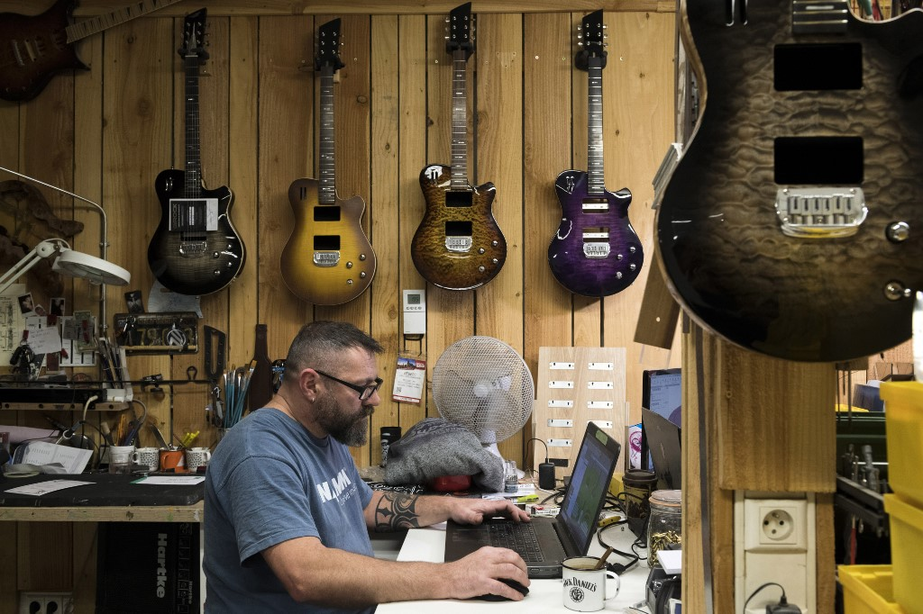 Dans l'Allier, des guitares version James Bond à l'assaut de l'Amérique