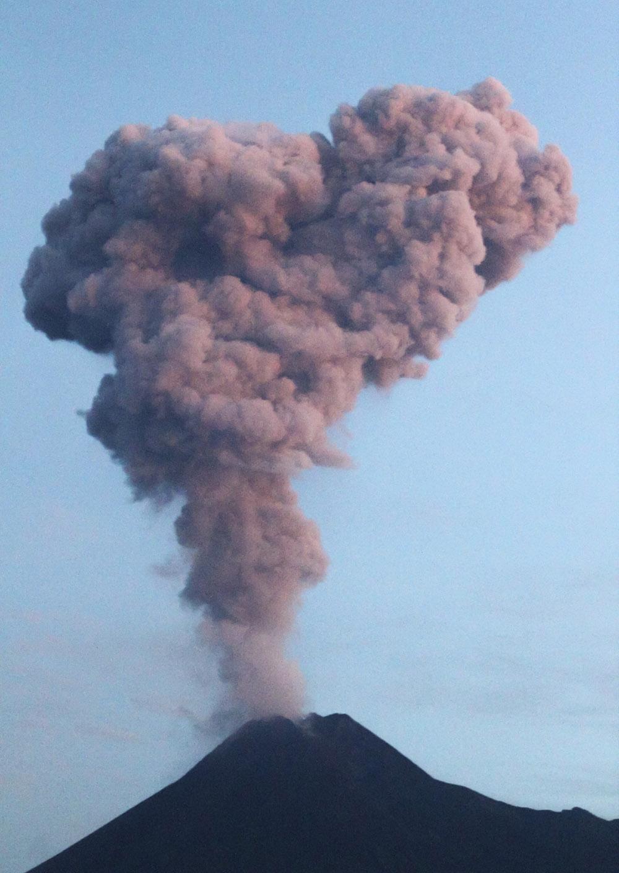 Indonésie: le volcan Merapi crache un large panache de fumée