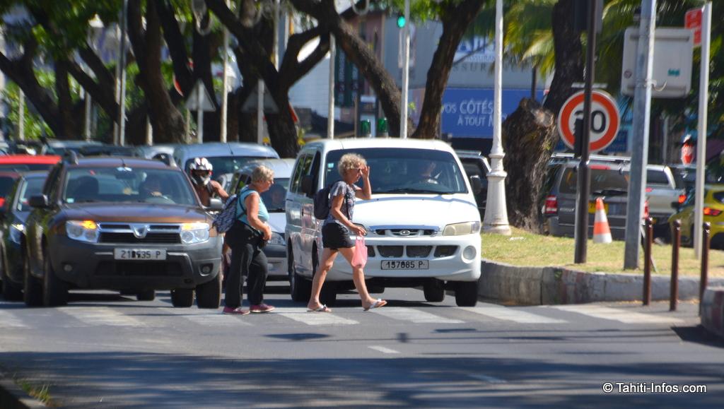 50 voitures bloquées au feu vert par deux touristes, un classique en l'absence des policiers municipaux... Mais peut-être bientôt de l'histoire ancienne avec les nouveaux feux piétons (en espérons qu'ils se synchroniseront avec le carrefour...)