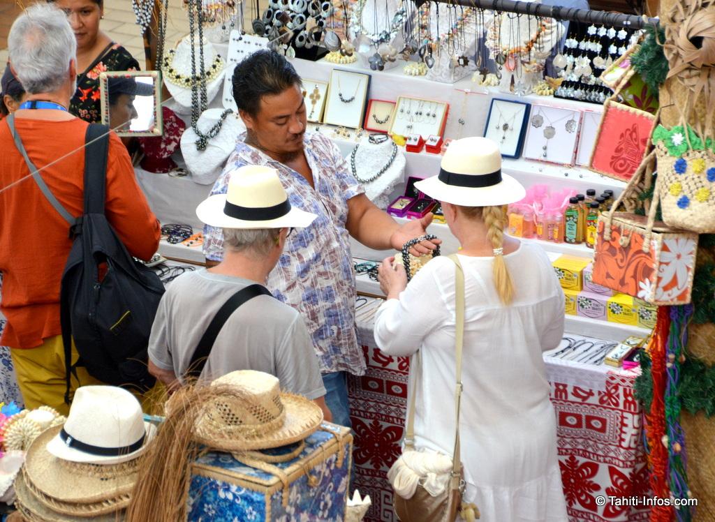 Manaari a un vrai talent pour vendre ses bijoux aux croisiéristes
