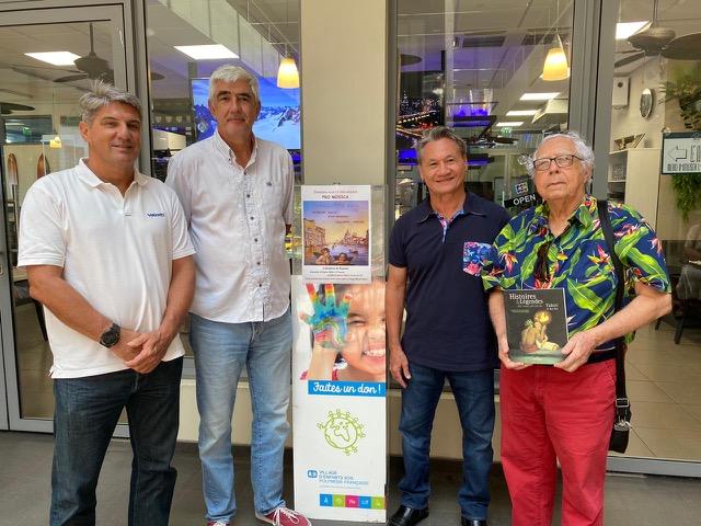 De gauche à droite : François Coudert, Christian Robert, Georges Siu et Emy-Louis Dufour, l'auteur du recueil Histoires et légendes  des temps anciens de Tahiti et des îles.