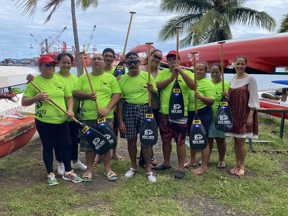 Voir Ensemble - Mata Hotu No Porinesia a financé l'achat de 13 rames de va'a pour son équipe de rameurs.
