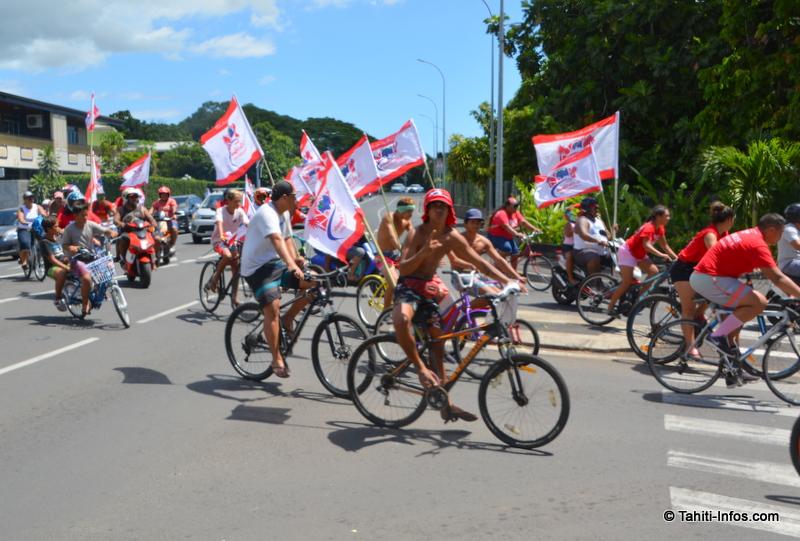 Des jeunes de Pirae était mobilisés pour un grand défilé de drapeaux en soutien à Edouard Fritch