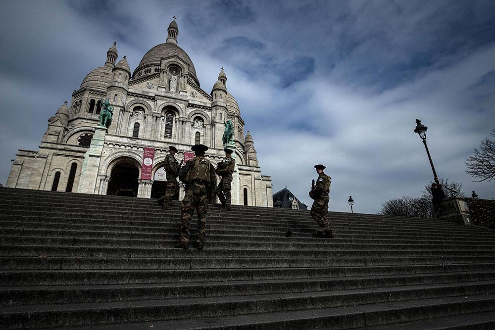 France : premier week-end à la maison, l'armée à la rescousse