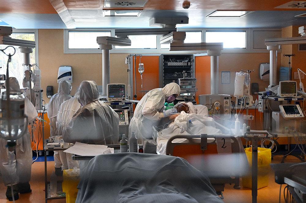 En Italie, le timide optimisme des scientifiques qui espèrent la fin du cauchemar