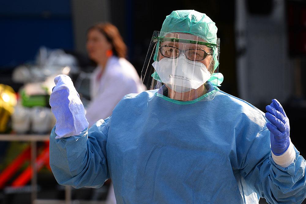 Coronavirus: plus de 1.000 morts en France et des soignants à bout