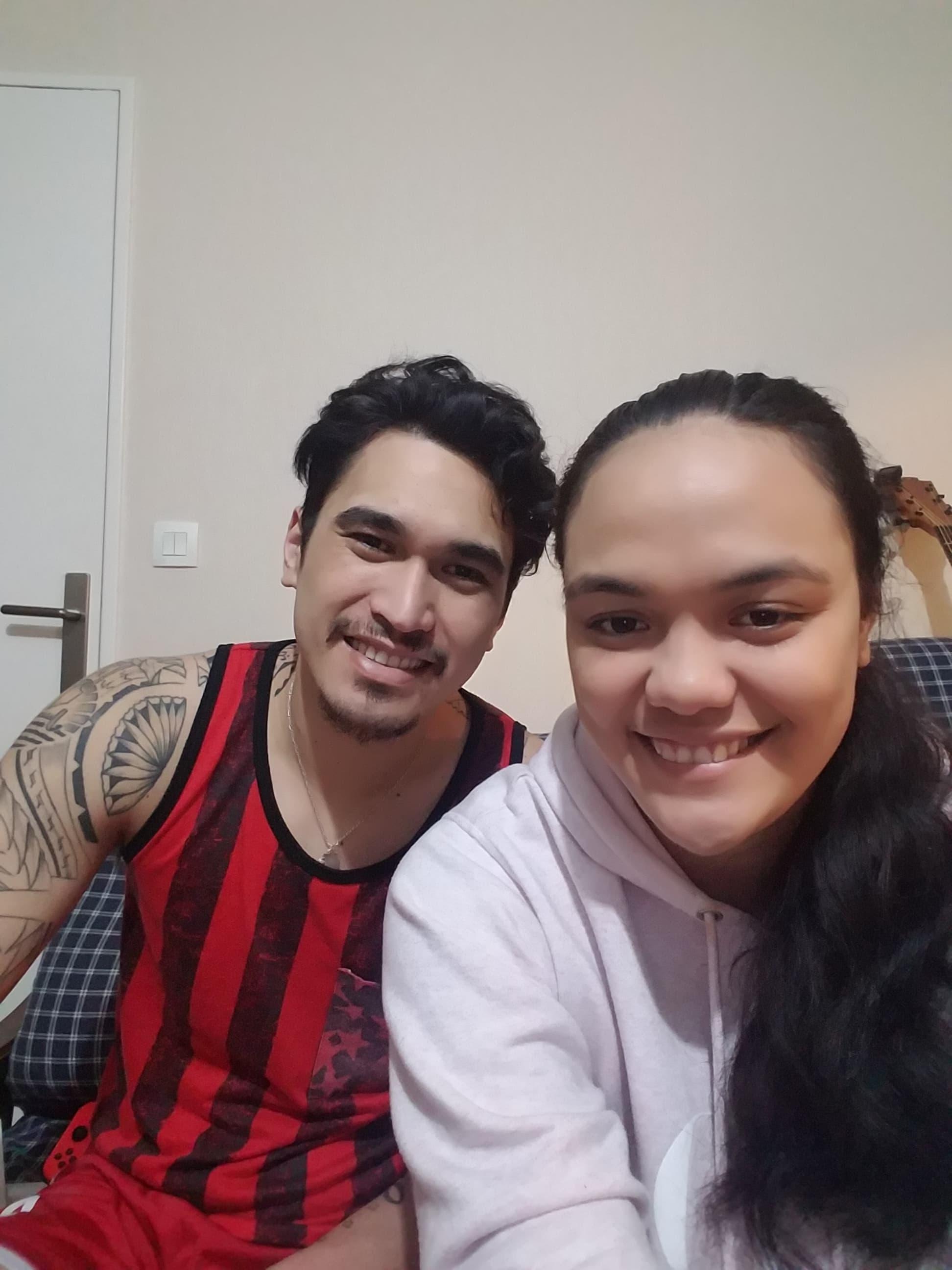 Nohoarii Paofai avec Tehei Labaste dans leur appartement à Sens où ils sont confinés depuis plus de deux semaines.