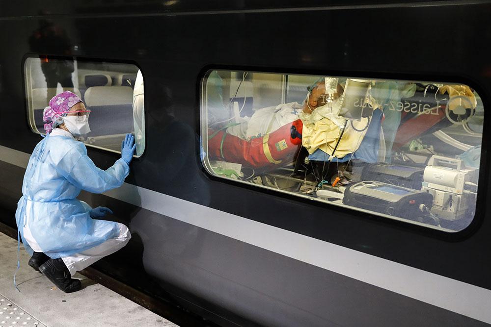Coronavirus: plus de 4.000 décès à l'hôpital en France, plus de 6.000 patients en réanimation