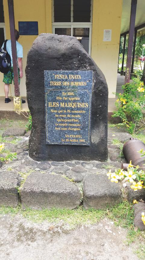 Une stèle érigée à Vaitahu, sur l'île de Tahuata, rappelle à tous que ce sont les Espagnols qui découvrirent les premiers l'archipel des Marquises, en 1595. Le contact fut rude et il ne fut pas question de tenter une évangélisation de ces îles.