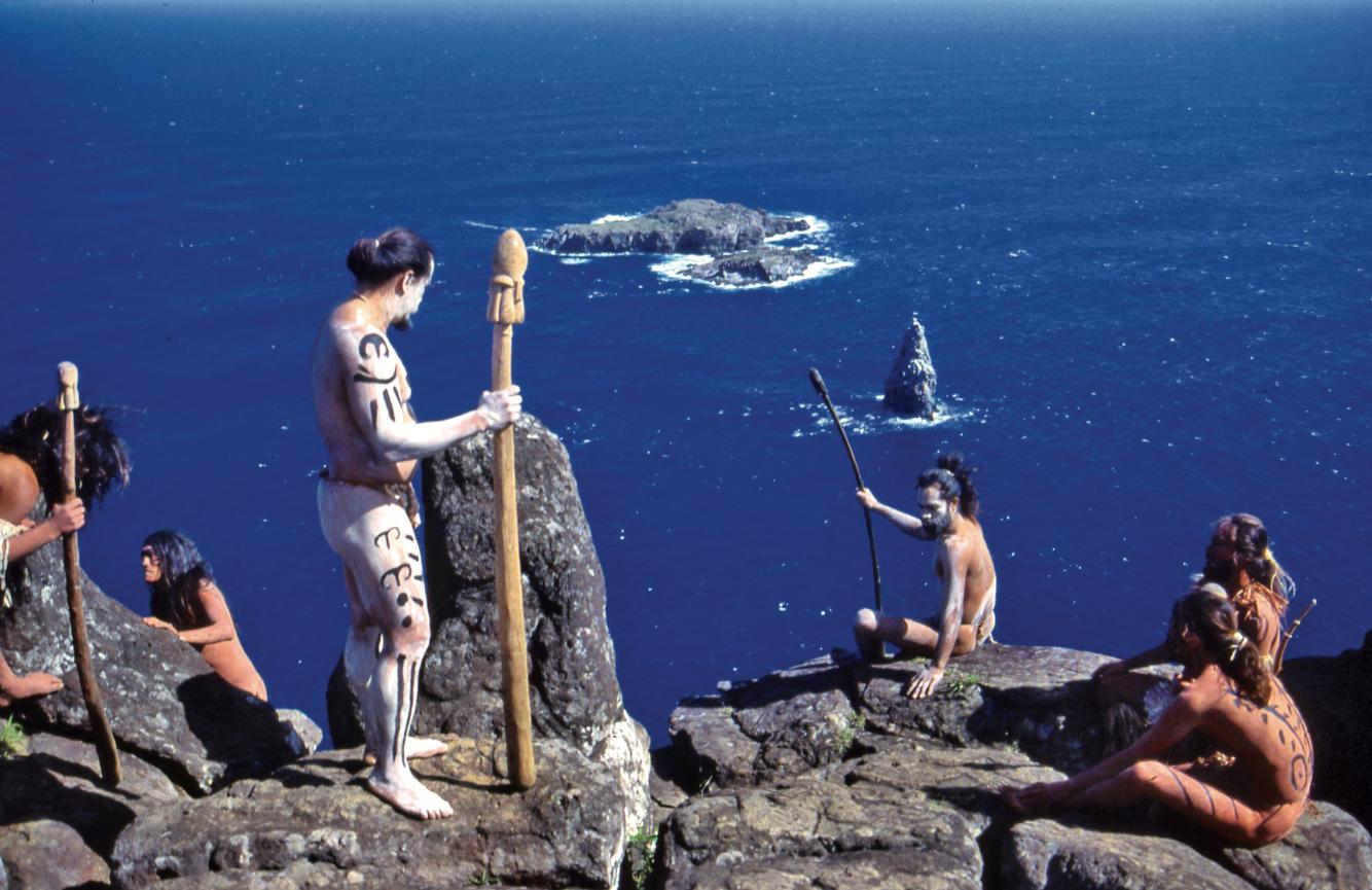 """Chaque année, les Pascuans se réunissaient à Orongo ; les chefs de guerre, les """"matatoa"""" envoyaient un de leurs hommes sur Motu Nui, d'où ils devaient ramener le premier œuf d'un oiseau marin migrateur, pour consacrer le Tangata Manu, """"l'Homme Oiseau""""."""