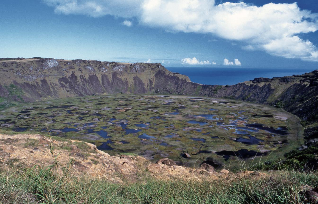 Une vue générale du superbe cratère du Rano Kau ; le village de pierres d'Orongo se situe sur la droite, au bord de la lèvre de basalte dominant la mer.