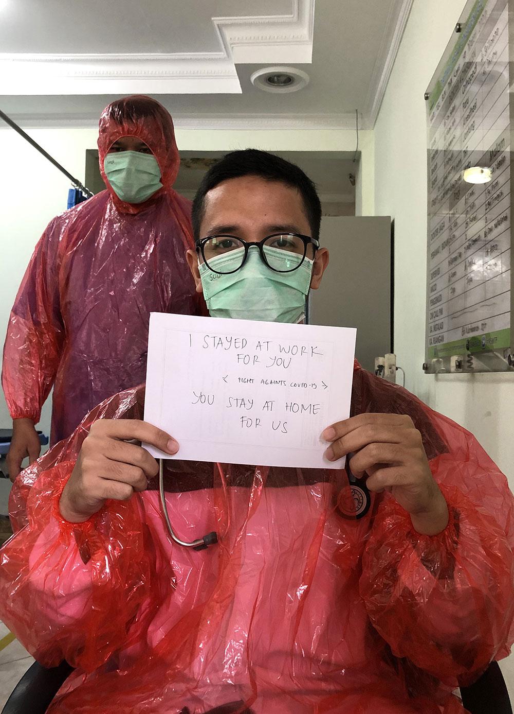 Imperméables et dons: les médecins d'Indonésie ont recours au système D contre le virus