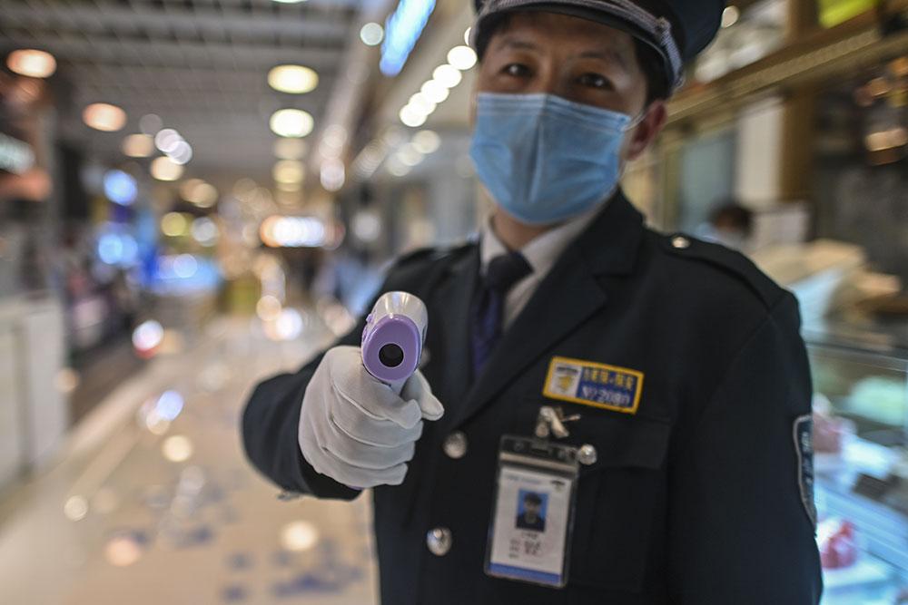 Chine: avec retard, le bilan du virus bondit de 40%