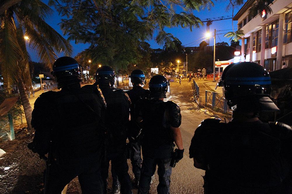 """Violences à Mayotte: Marine Le Pen réclame """"l'envoi de troupes"""" pour """"rétablir l'ordre"""""""