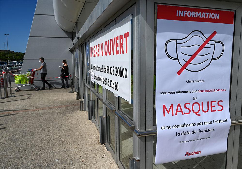 Masques: la grande distribution commence les ventes, sans éteindre la polémique