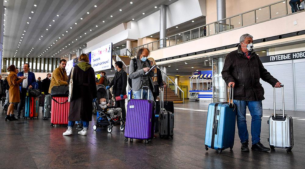 Ni quarantaine, ni traçage: à Roissy, des passagers déconcertés et inquiets