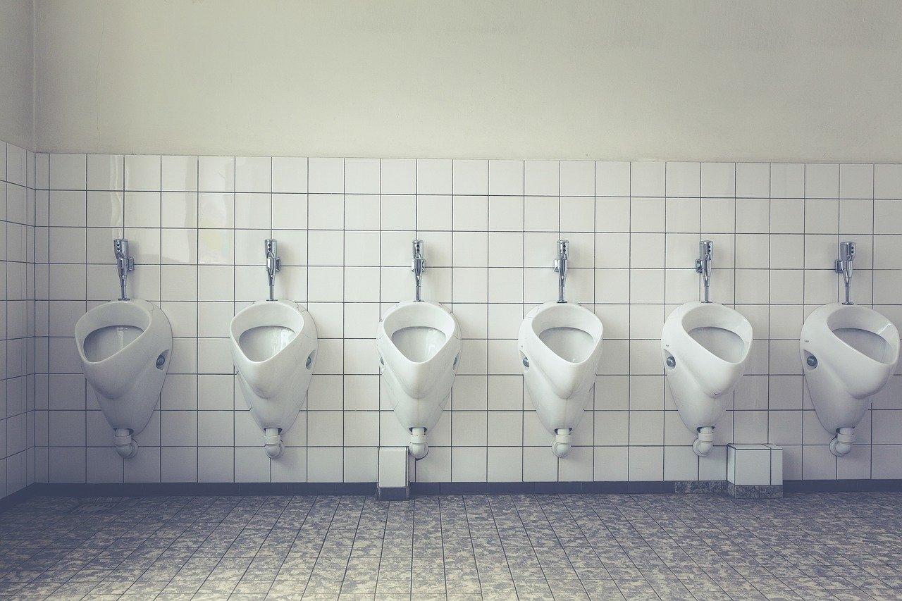 Corvée de toilettes pour ceux qui ne respectent pas la distanciation sociale à Jakarta