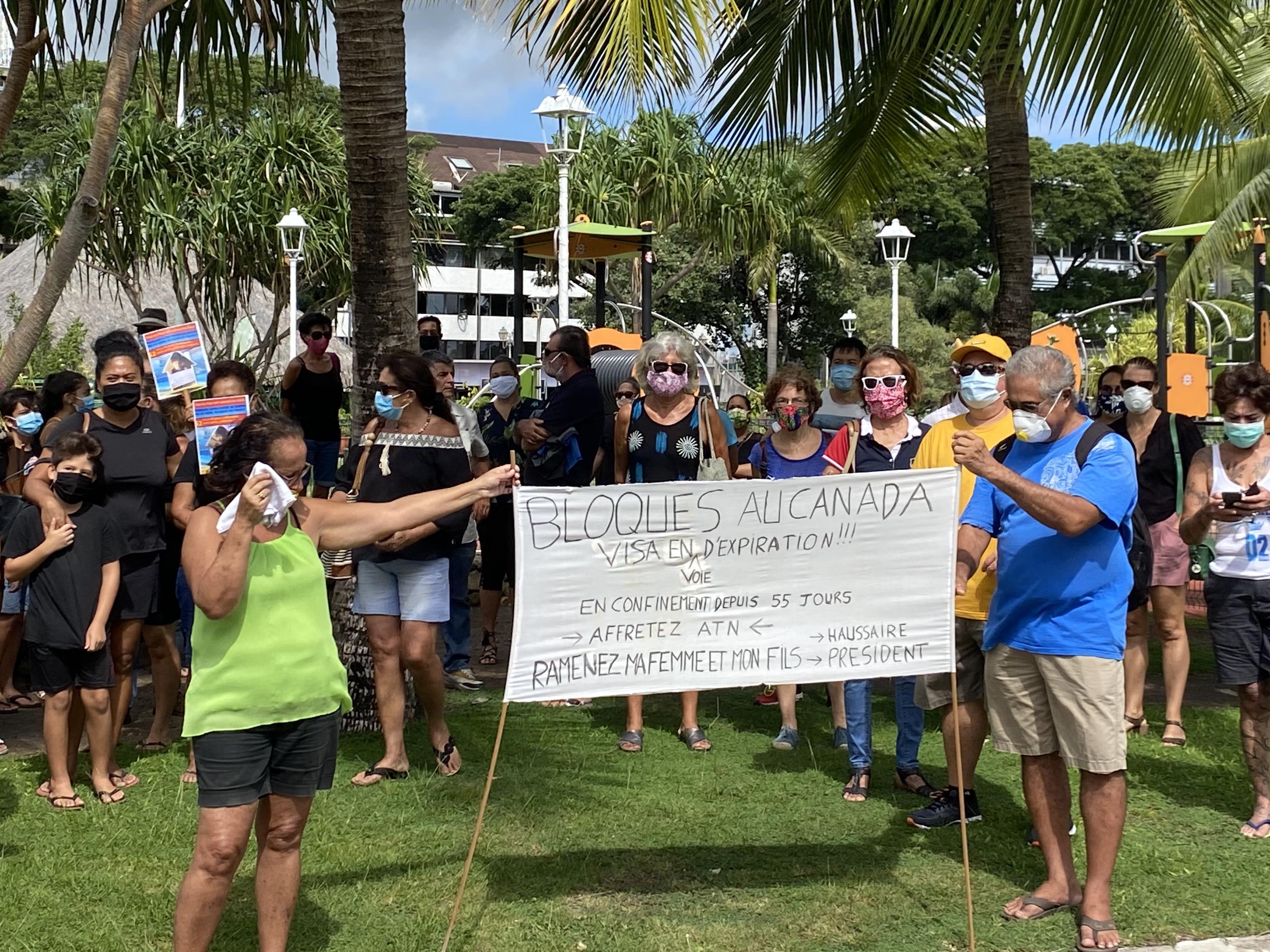 Ils étaient une quarantaine ce mercredi matin au Parc Paofai pour manifester pacifiquement pour les résidents polynésiens bloqués en Métropole ou à l'étranger.