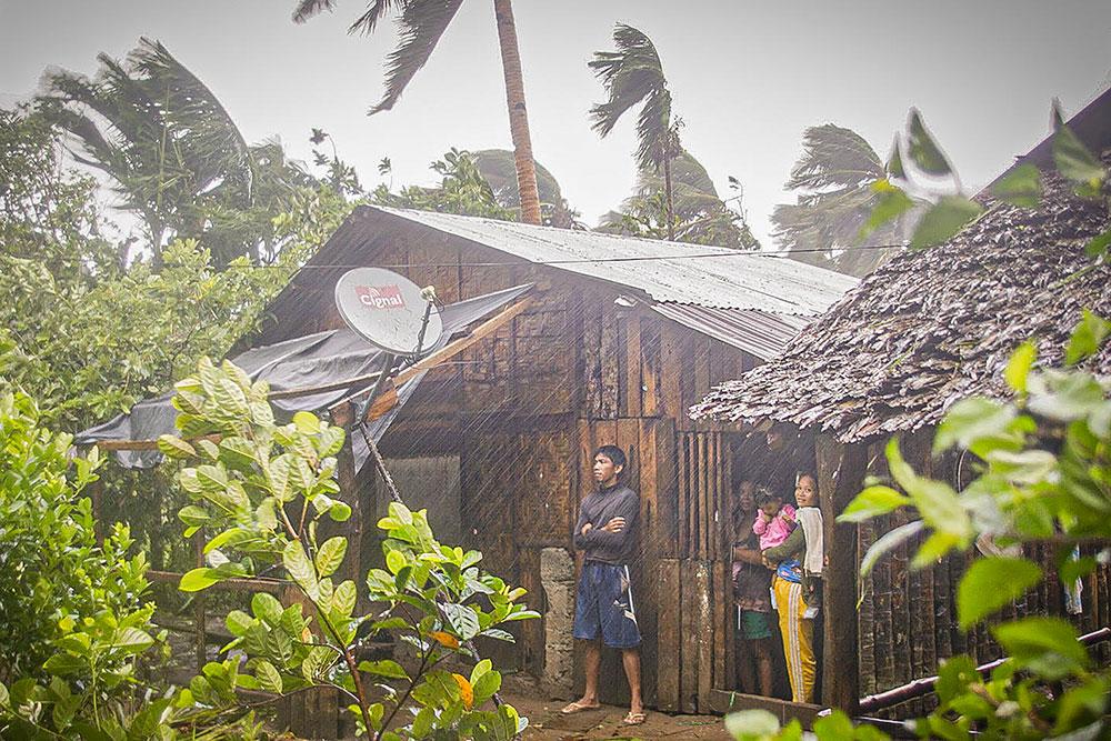 Typhon aux Philippines, le virus complique les évacuations