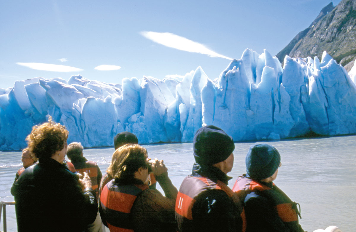 À quelques dizaines de mètres de la muraille de glace, chacun guette les craquements annonciateurs de spectaculaires éboulements…