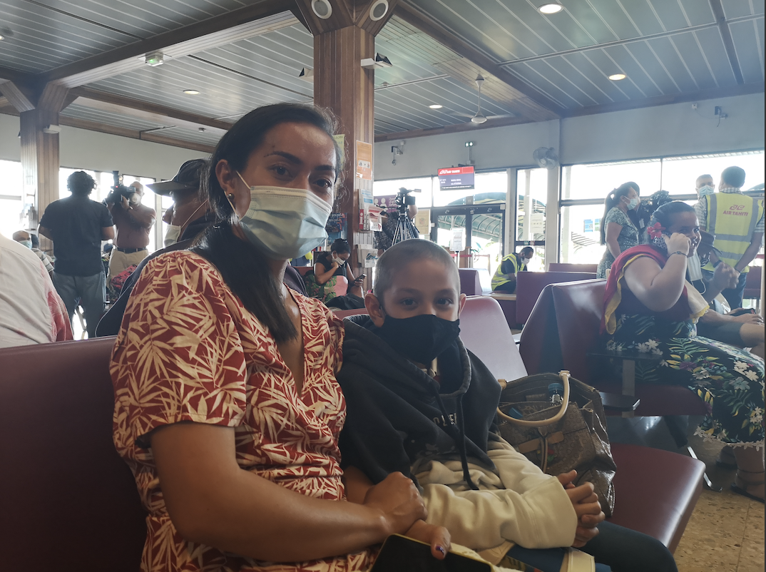 Emotion et sourires masqués à l'embarquement d'Air Tahiti