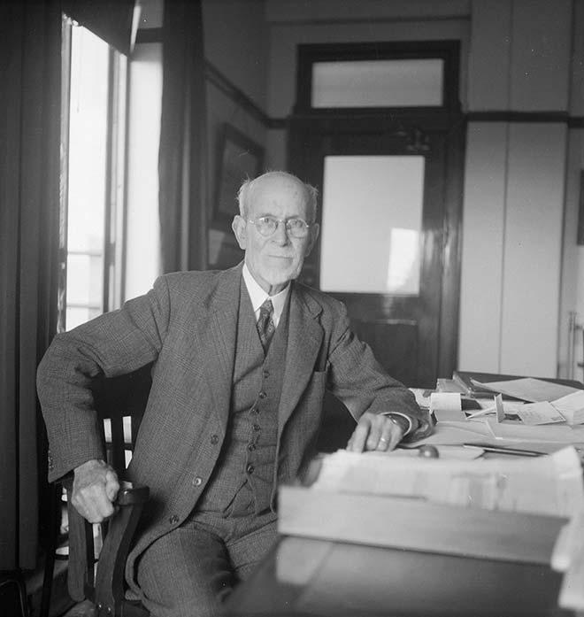 Albert Fuller Ellis était employé à Sydney chez Arundel lorsqu'il découvrit qu'une pierre calant une porte était faite d'un phosphate de qualité exceptionnelle. C'est lui qui mit au jour les gisements de Nauru et de Banaba.