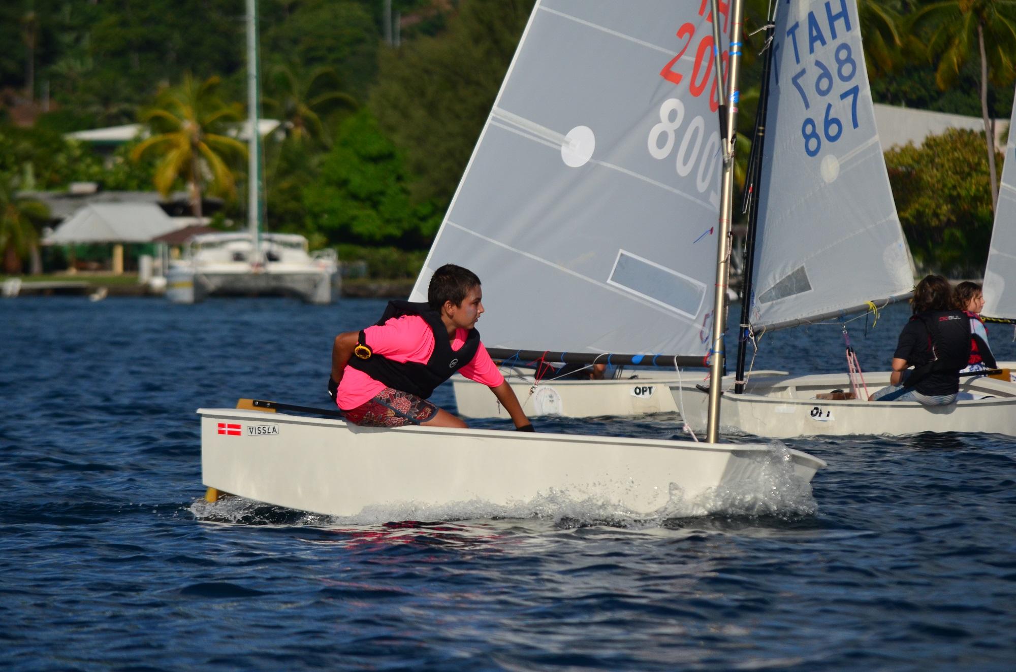 : Elohim Bouregba Vitrac, le champion de Polynésie, en action sur son Optimist. (Photo : Benjamin Prioux)