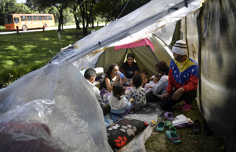 Bloqués par la pandémie, des migrants vénézuliens campent dans le froid à Bogota