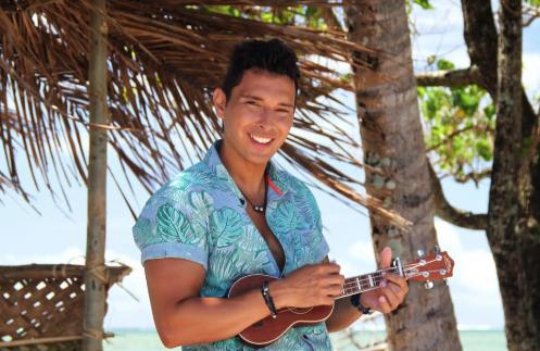 """Le chanteur polynésien Ken Carlter a sorti deux nouveaux titres : une reprise de la célèbre chanson d'Israel Kamakawiwo'ole, """"Somewhere over the rainbow"""", et une création originale."""