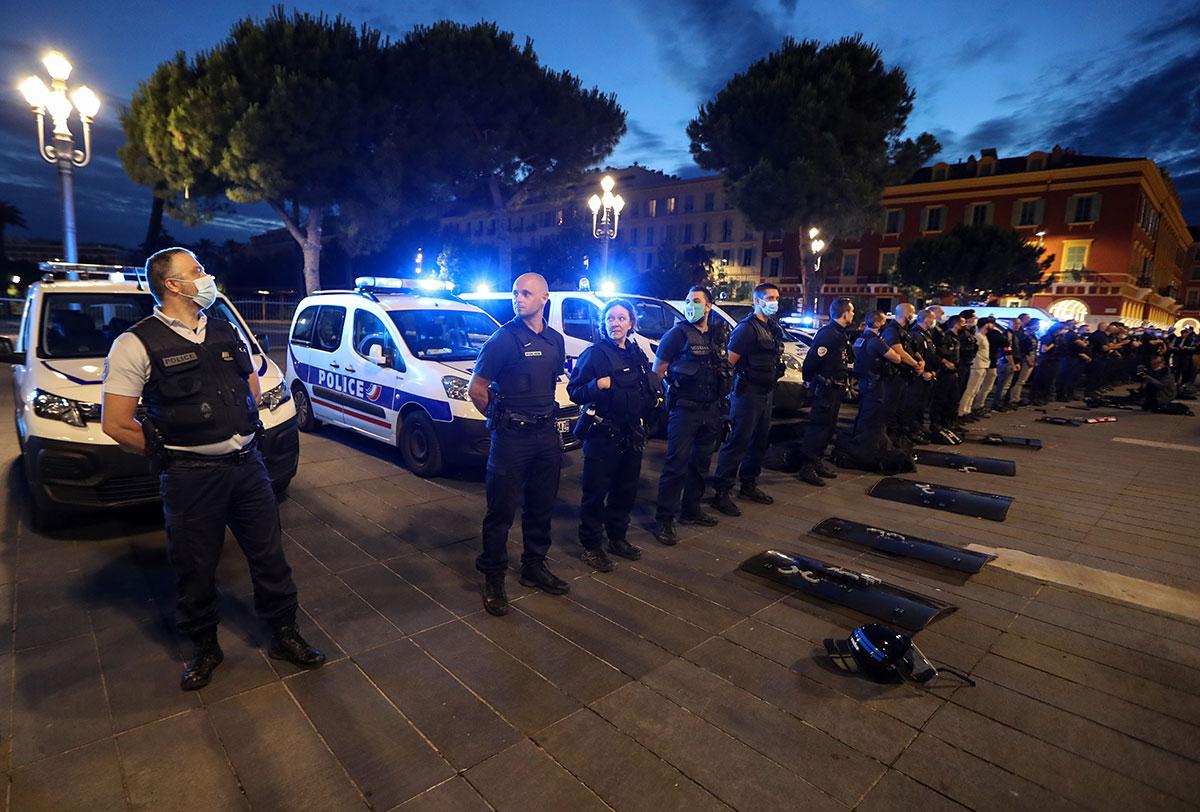 La colère des policiers ne faiblit pas, appel à Macron