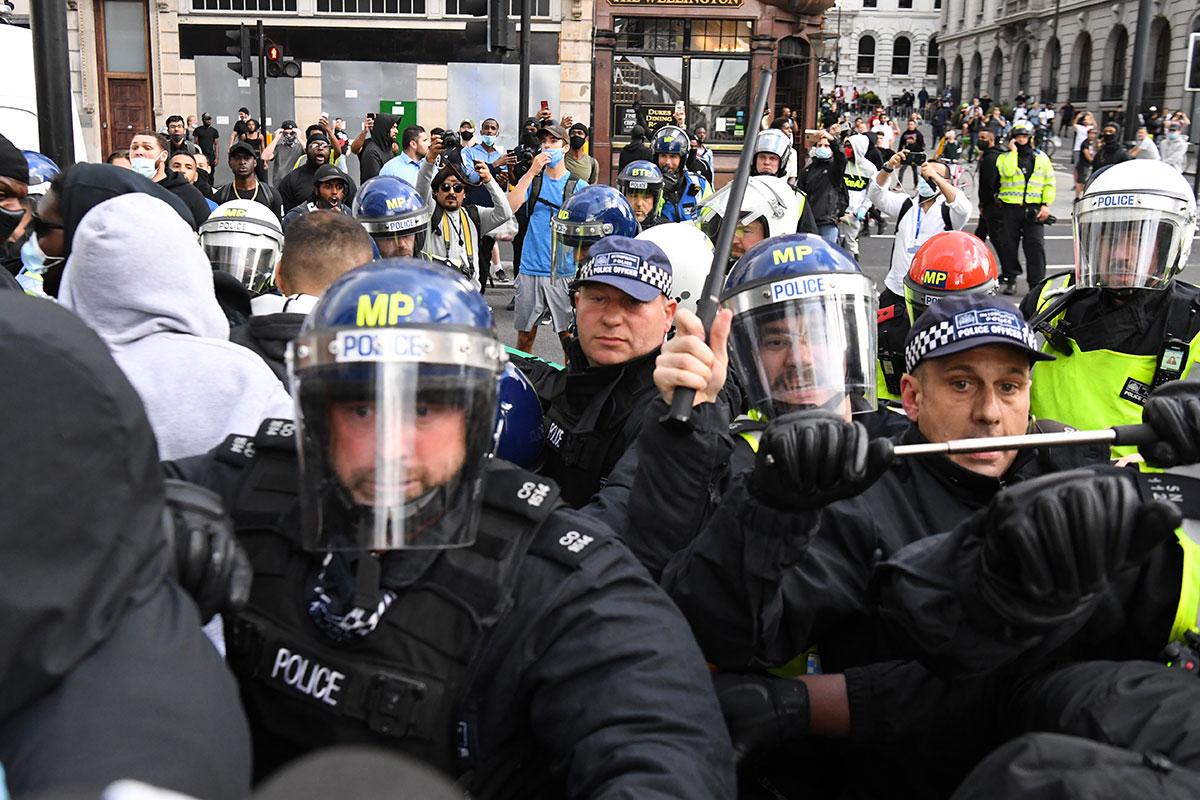 """""""Tous solidaires"""": nouvelles manifestations mondiales contre les violences policières"""