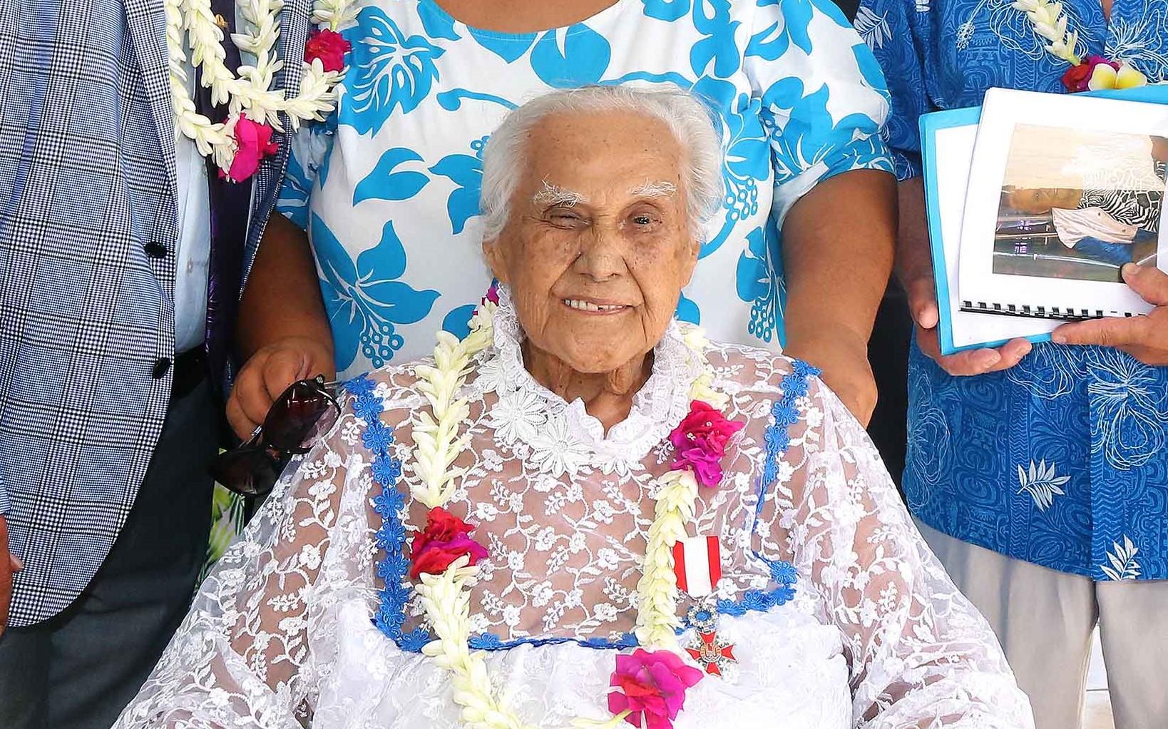 Celle que l'on surnommait Mamie Nina a été élevée au rang de chevalier de l'ordre de Tahiti Nui par le président du Pays, Edouard Fritch, le 30 mai.