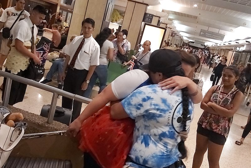 Teehu et son bébé de retour au fenua