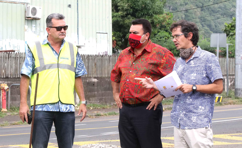 Le 30 avril dernier, le ministre de l'Equipement et des Transports terrestres, René Temeharo, et le vice-président Teva Rohfritsch visitaient l'avancement des travaux de l'ouvrage de la Maruapo, au pk 16,5, sur la route de ceinture à Punaauia.. Crédit archives présidence de la Polynésie française.
