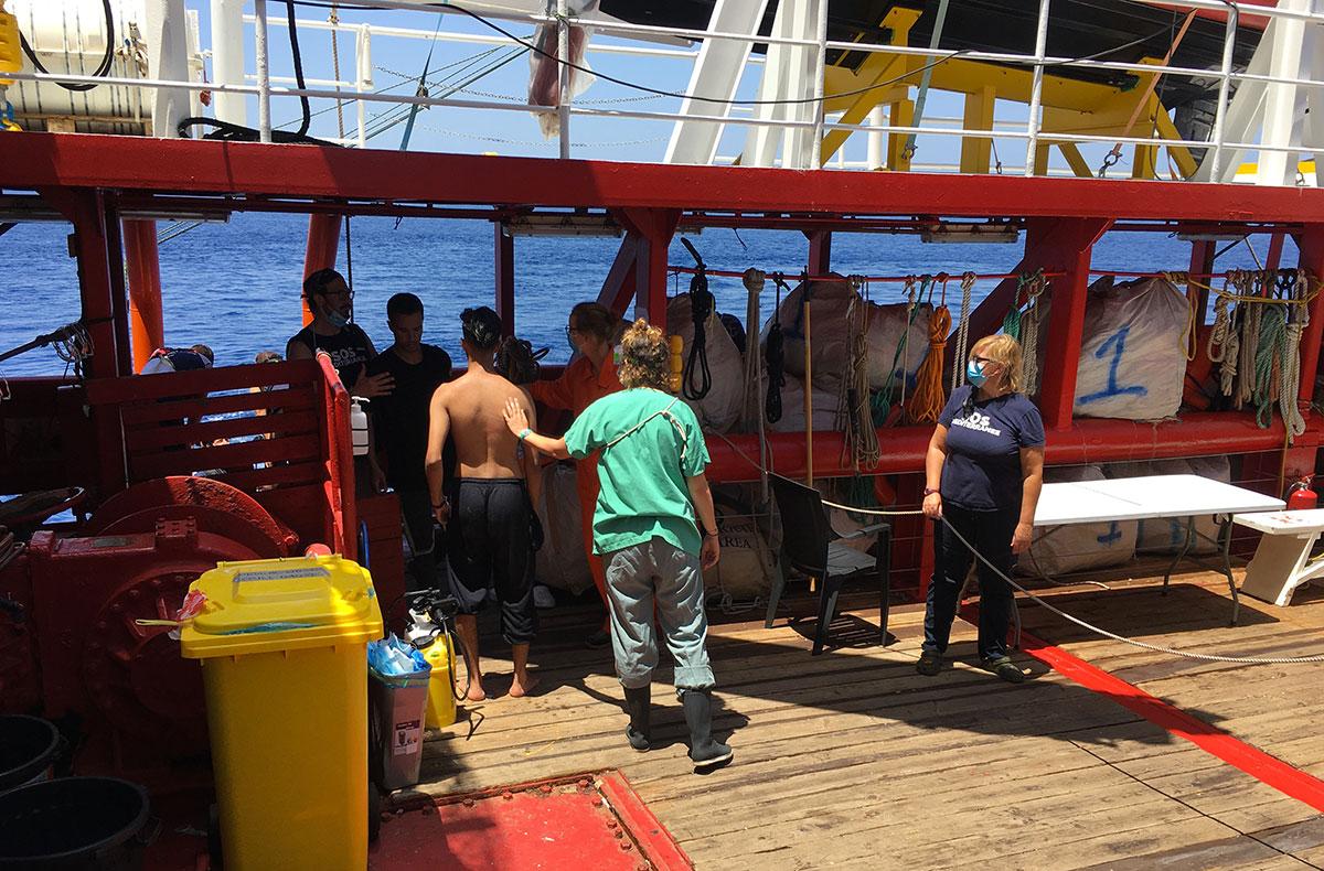 Deux migrants se jettent à l'eau de l'Ocean Viking, toujours bloqué en mer