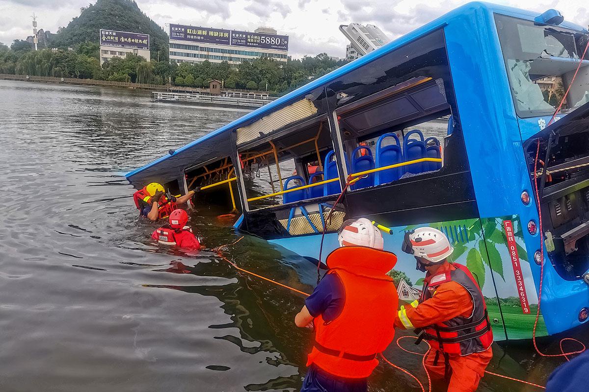 Chine: un bus plonge dans un lac, au moins 21 morts