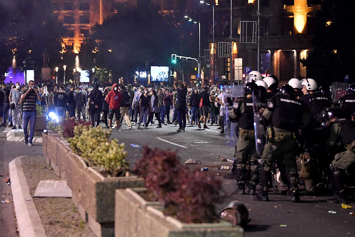 Serbie: violentes manifestations anti-couvre-feu à Belgrade
