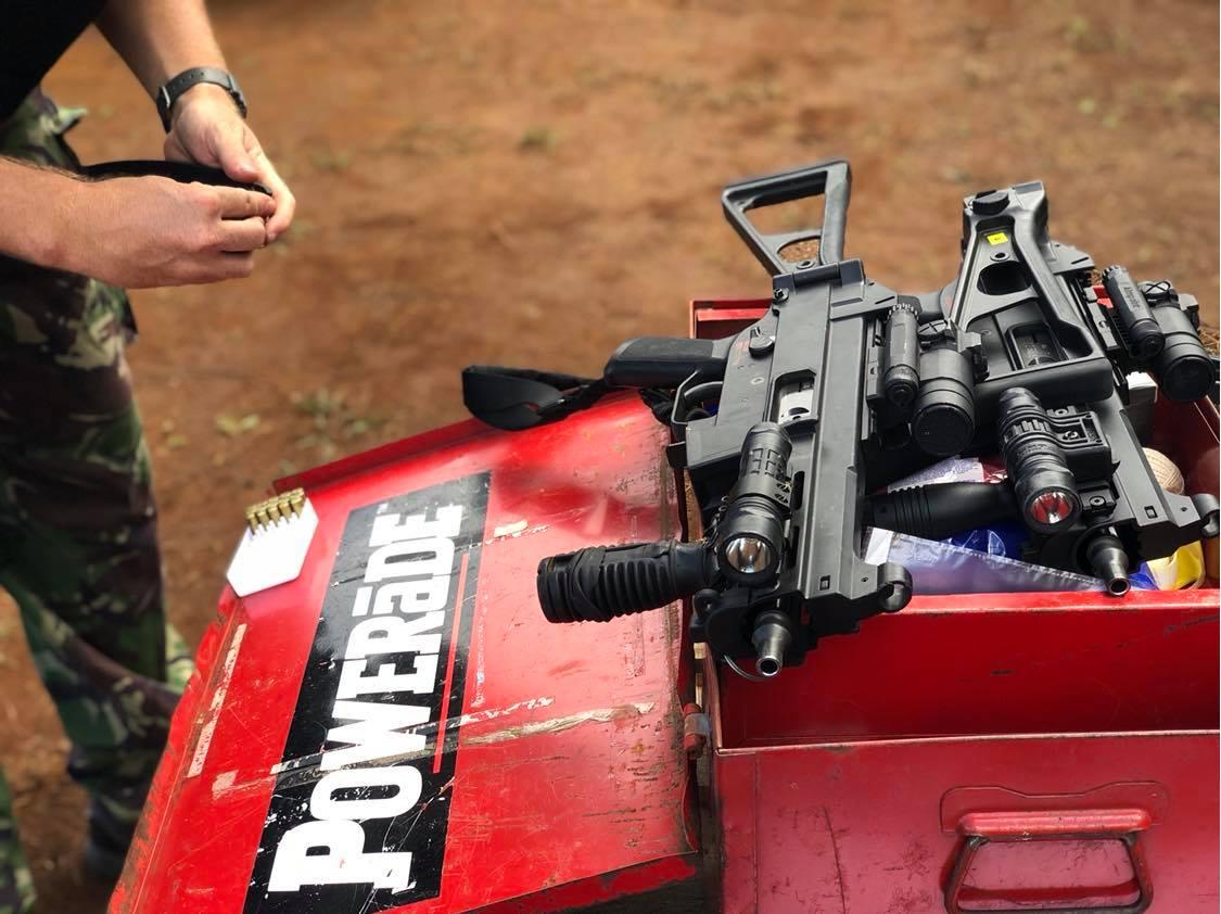 Durant leur entraînement, les membres de l'AGIGN alternent les différents types d'armes – lourdes ou plus légères, équipées de lasers – d'abord dans l'immobilité puis en se déplaçant et ce, sous l'ordre de l'un d'entre eux désigné pour diriger la séance de tir.