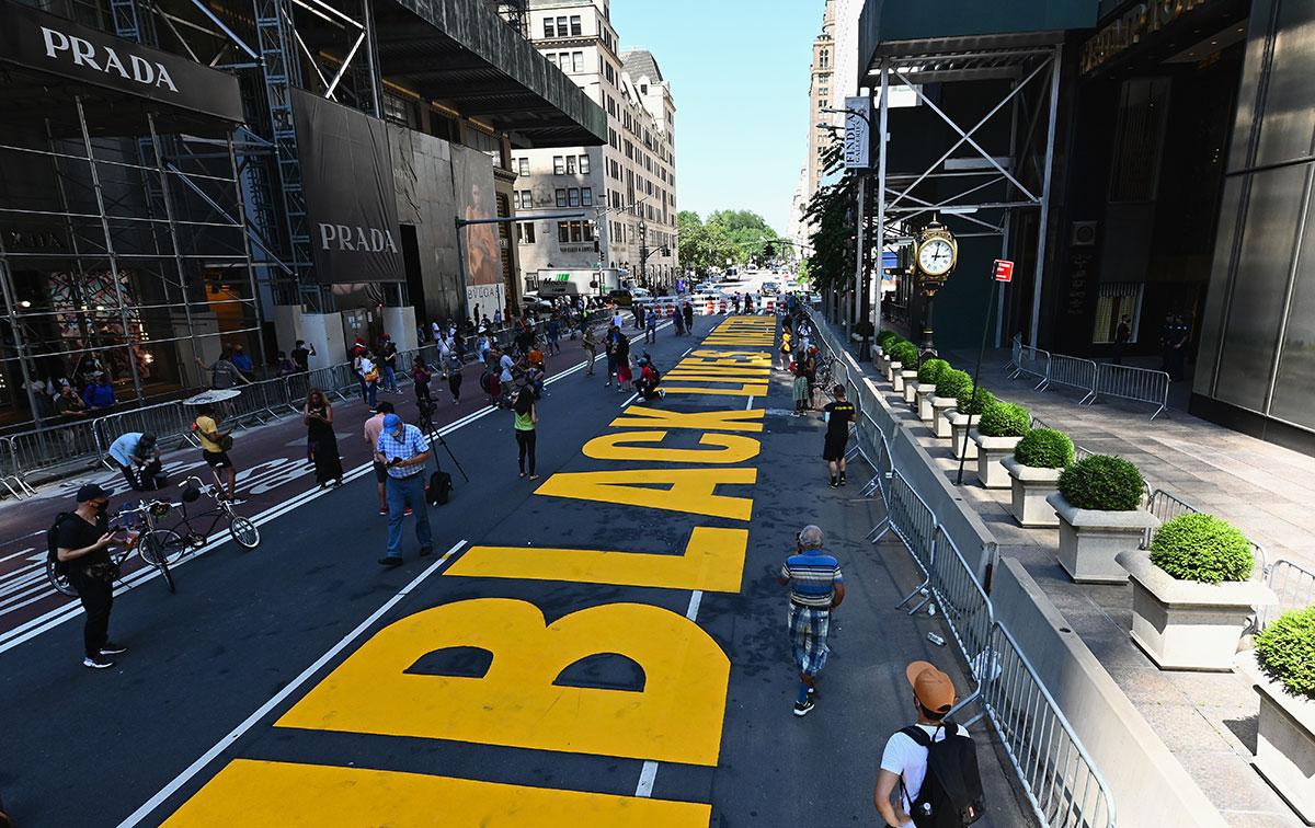 """Le slogan """"Black Lives Matter"""" peint devant la tour Trump à New York"""