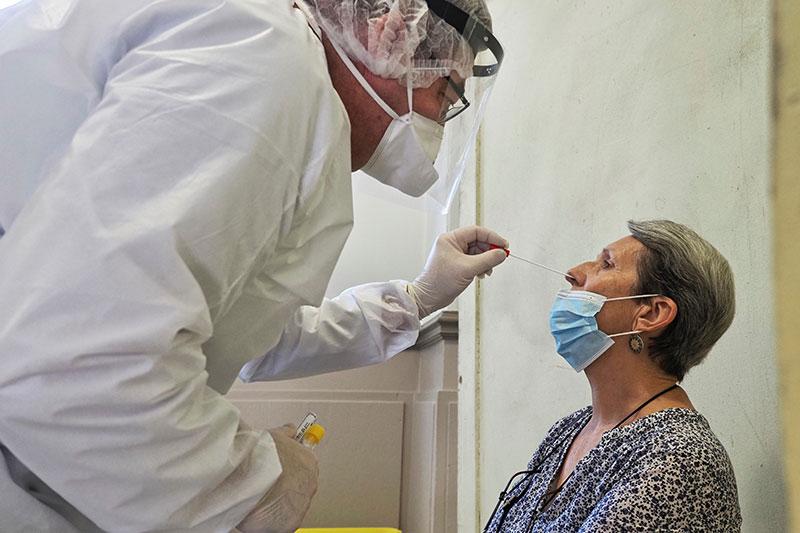 """Coronavirus: tests """"systématisés"""" dans les aéroports pour les voyageurs de pays à risque, selon Attal"""