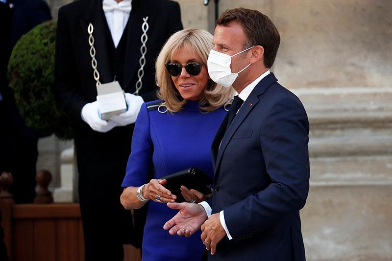 Macron annonce le masque obligatoire et un plan de relance