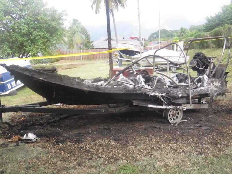 Un bateau incendié à Moorea