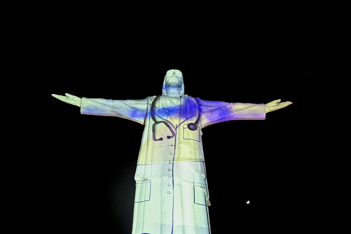 Le Christ Rédempteur de Rio de Janeiro au Brésil, revêtu d'une blouse de médecin en hommage aux soignants.